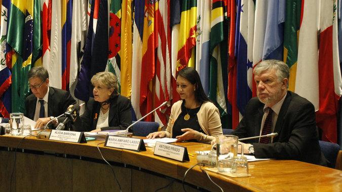 La directora ejecutiva de la CEPAL, Alicia Bárcena, durante la rueda de prensa en que presentaron el informe Balance Preliminar de las Economías de América Latina y el Caribe 2014, en la sede del organismo en Santiago de Chile.