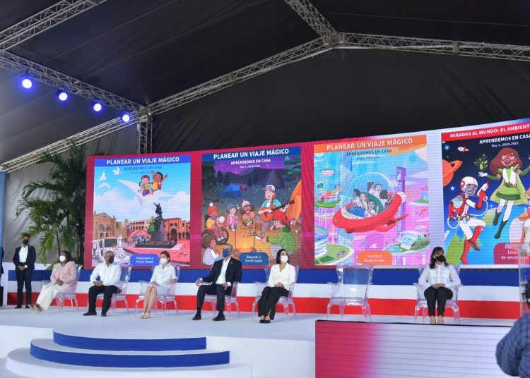 Las clases virtuales, para más de dos millones de estudiantes desde primaria a la universidad, fueron inauguradas en una ceremonia encabezada por el presidente Luis Abinader en la plaza de la Bandera.