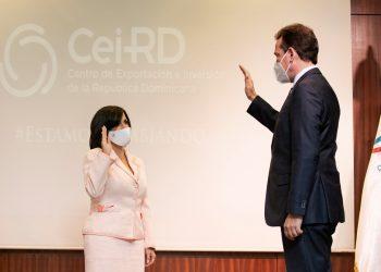 El ministro de Industria, Comercio y Mipymes, Víctor Bisonó, juramenta a Biviana Riveiro Disla en el CEI-RD. | Fuente externa.
