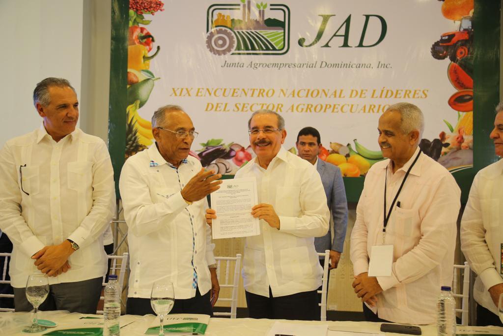 jose lopez presidente del consejo de la jad entrega conclusioes al presidente danilo medina