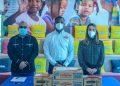 Jean Beltré, Alejandro Tapia y Virginia Sainz, durante la entrega de donativos para la higiene bucal realizados por Colgate-Palmolive RD y Plan International RD.