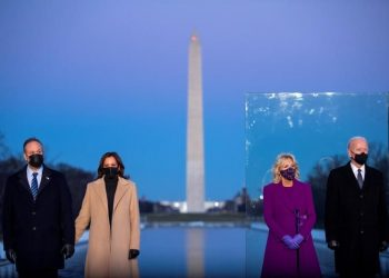 El presidente electo de Estados Unidos, Joe Biden (d), su esposa Jill Biden (2-d), la vicepresidenta electa Kamala Harris (2-i), y su esposo Doug Emhoff (i), participan de un evento de homenaje a las víctimas del covid-19 en territorio estadounidense, en el Monumento a Lincoln en Washington (EE.UU).   Shawn Thew, EFE.