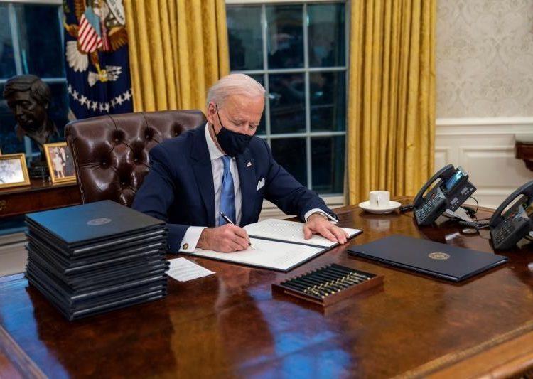 El presidente de EE.UU., Joe Biden, firma órdenes ejecutivas en el Despacho Oval de la Casa Blanca. | Doug Mills, EFE.