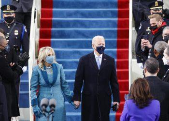 Joe Biden y Jill Biden a su llegada a las escalinatas del capitolio para la inauguración como presidente de los EEUU.   Jim Bourg, Reuters.