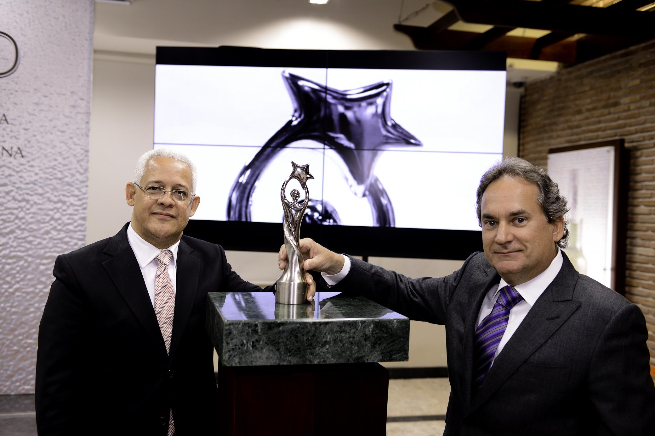 José Antonio Aybar, de Acroarte; y Franklin León, presidente de la CND, durante la presentación de la nueva estatuilla./Acroarte.
