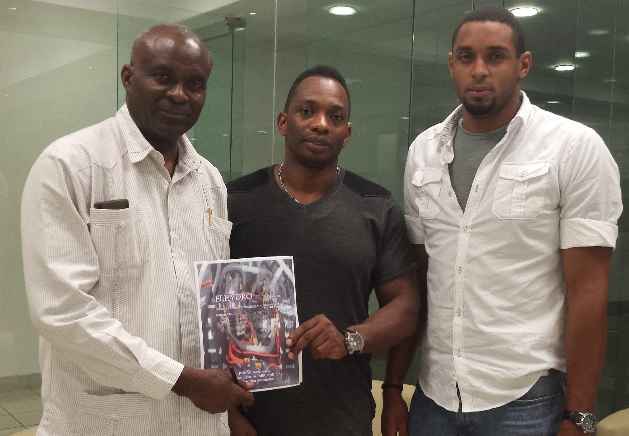 Pihillip Scott junto a los señores José y Arky Cabral, durante el anuncio del nuevo producto.