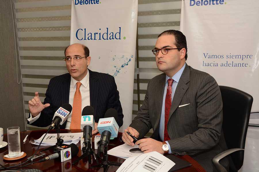 José Luis de Ramón y Nassim Alemany, economistas de Deloitte, durante la presentación del Barómetro de Empresas / Lésther Alvarez