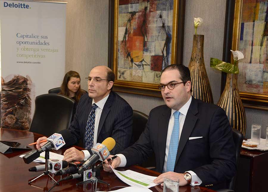 José Luis de Ramón y Nassim Alemany, economistas de Deloitte, durante la presentación del Barómetro Empresarial 2015. | Lésther Álvarez