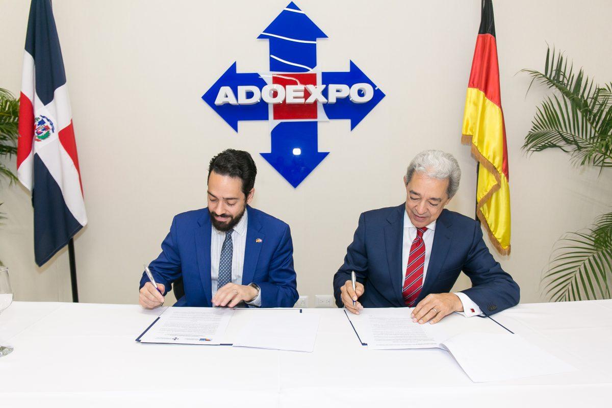 los presidentes de adoexpo y cc da, luis concepción y fabio guzmán saladín, firman el acuerdo