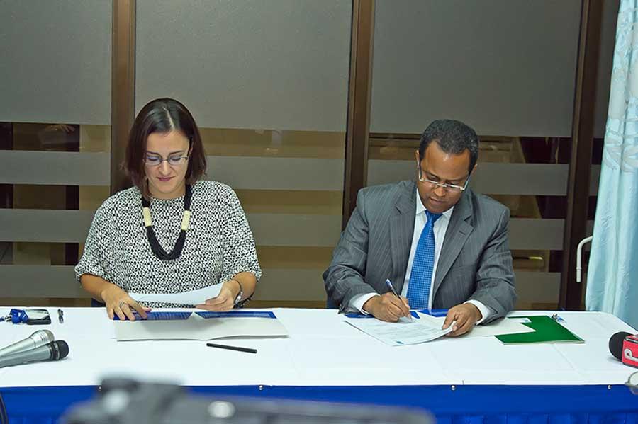 Luciana Mermet, representante adjunta del PNUD; y Yuri Rodríguez Santos, director de general de Inabima./elDinero
