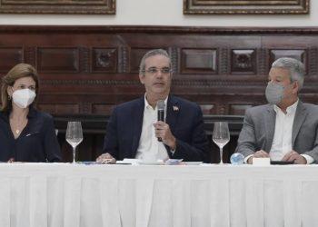 El presidente, Luis Abinader, durante la conferencia de prensa en Santiago en la que habló sobre la construcción de la autopista Santiago-Puerto Plata, denominada como la autopista del ámbar. | Fuente externa.