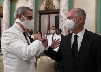 El presidente Luis Abinader saluda en el Palacio a Alejandro Fernández W. el día 16 de agosto, tras su juramentación como superintendente de Bancos.