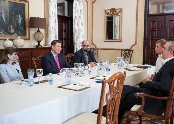 El presidente Luis Abinader y el canciller Roberto Álvarez, se reunieron este martes con el Subsecretario de Estado de Crecimiento Económico, Energía y Medio Ambiente, Keith Krach, para conversar sobre retos y oportunidades que tiene el país en las áreas de desarrollo económico. | Fuente externa.