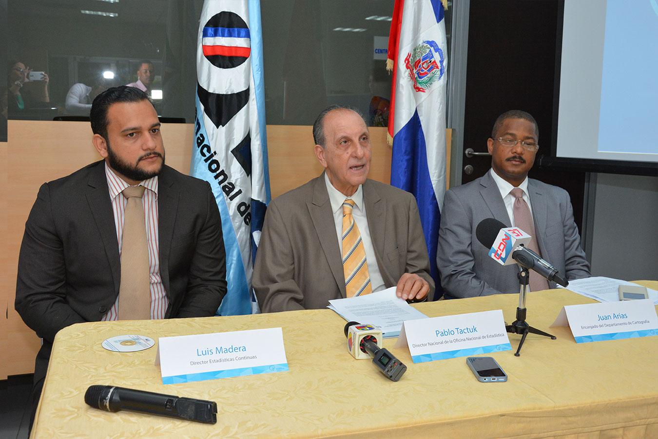 Pablo Tactuk considera que no es saludable seguir dividiendo más el territorio dominicano. En la mesa, además, Luis Madera y Juan Arias.| Gabriel Alcántara