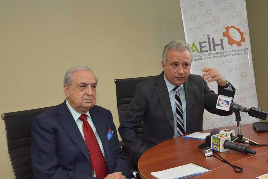 Luís Sánchez Noble, presidente de la fundación Innovatti, y Antonio Taveras Guzmán, presidente de la Asociación de Industriales de Herrera y provincia Santo Domingo (AEIH). / Lésther Alvarez