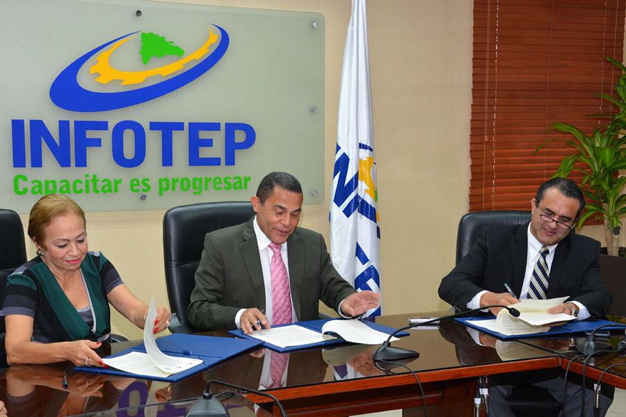 Luisa Fernández, José Ovalles y José Tomás Contreras, durante la firma del acuerdo de colaboración.