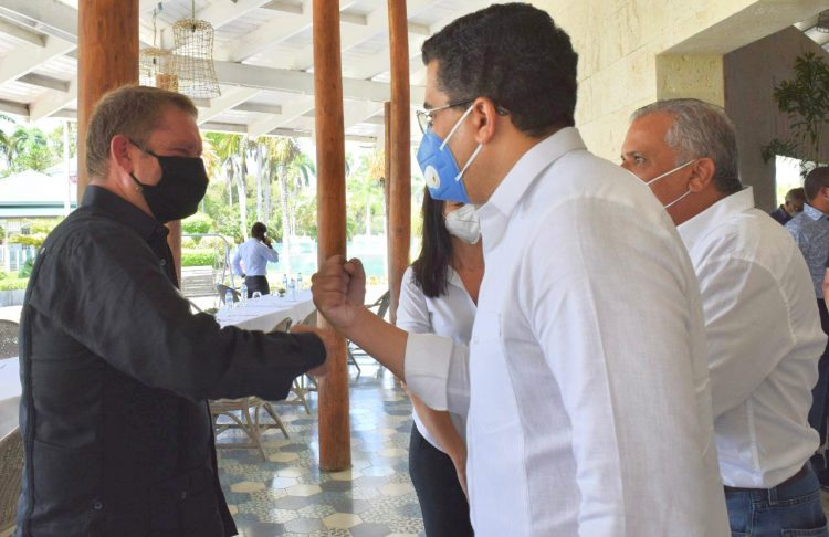 El próximo ministro de Turismo, David Collado, saluda al presidente del Grupo Lifestyle, Marcus Wischenbart, durante su visita a Puerto Plata.