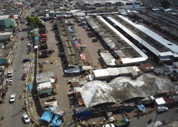 """La jornada en cada uno de estos mercados comienza con una """"caravana"""" de vehículos de carga que llegan desde las distintas regiones del país con alimentos."""