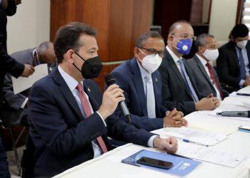 Ito Bisonó durante la motivación de la aprobación del anteproyecto, junto a los diputados Darío Zapata y Pedro Martínez; Ulises Rodríguez, director de Proindustria, y el viceministro del MICM, Carlos Flaquer.