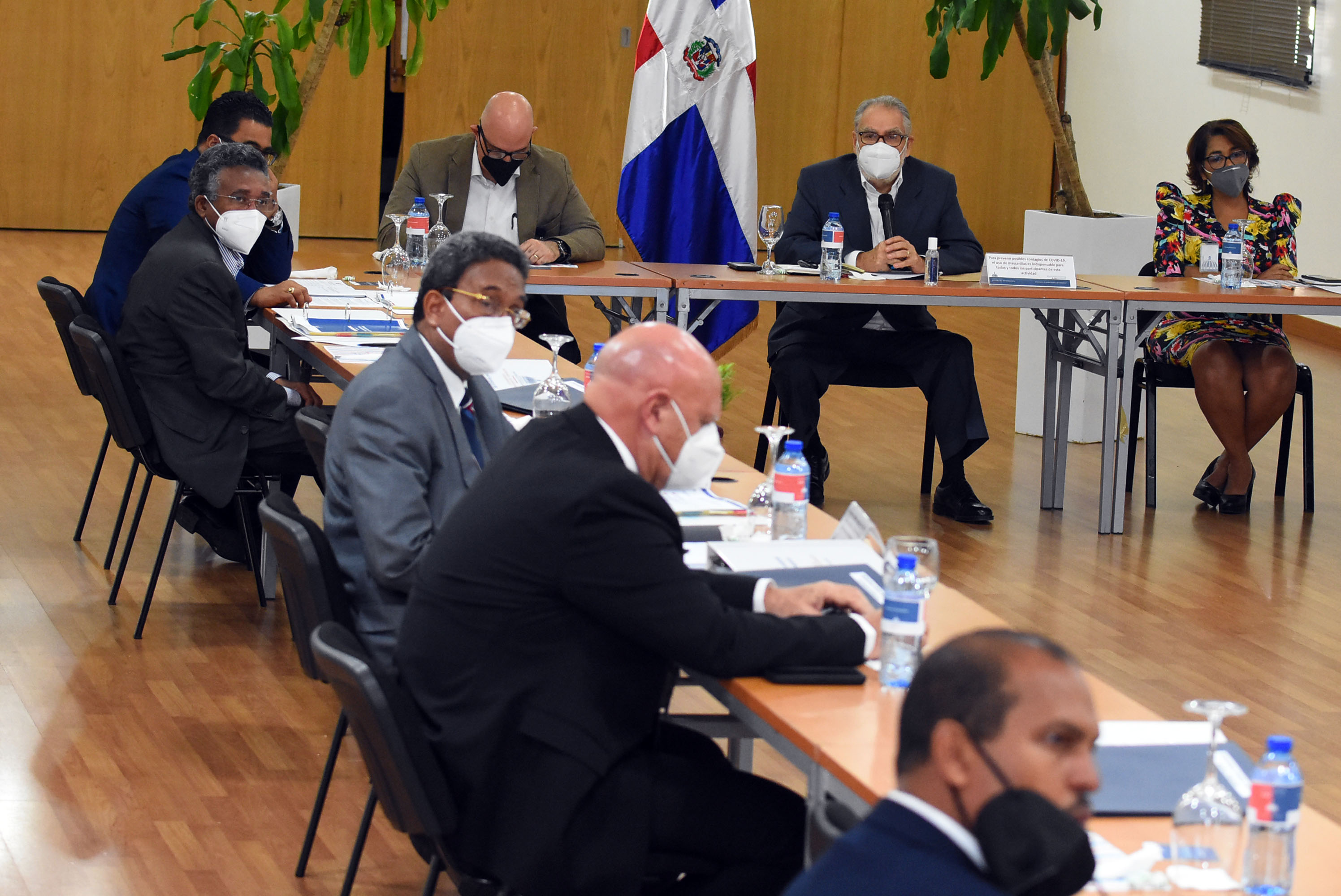 El ministro de Economía, Planificación y Desarrollo, Miguel Ceara Hatton, junto a los legisladores en el salón Carlos Ascuasiati de esta entidad.