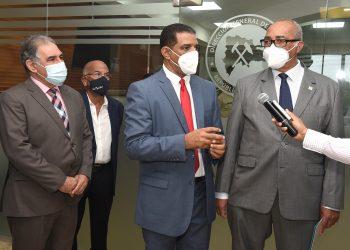 Rolando Muñoz fue juramentado por el viceministro de Minas, Miguel Díaz, quien estuvo en representación del ministro Antonio Almonte.