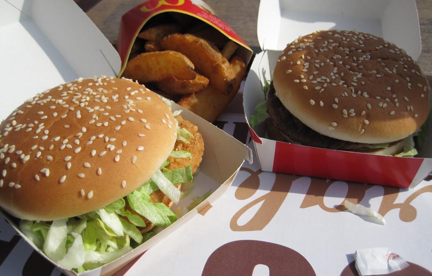 Las empresas de comida rápida, como MacDonald´s, han tenido que incluir opciones más saludables en sus ofertas./elDinero