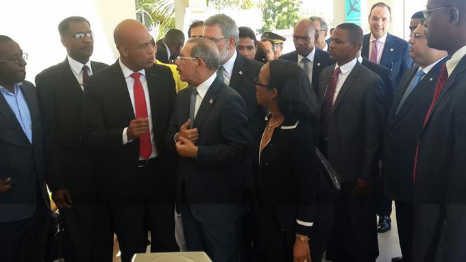 La reunión entre ambos presidentes se realizó el aeropuerto de Barahona. /FE