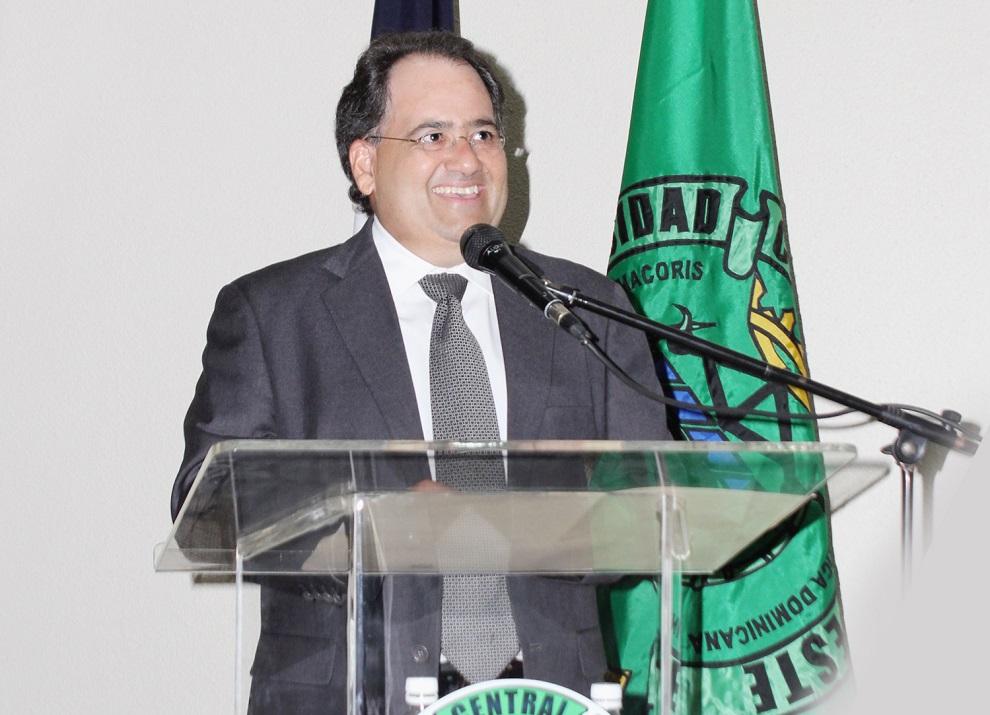 Miguel Feris Chalas ofreció una charla en la Universidad Central del Este sobre el potencial económico de San Pedro de Macorís.