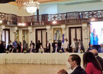 El presidente Luis Abinader, junto al ministro de Educación, Roberto Fulcar, presentan el Plan de Educación 2020-2021.
