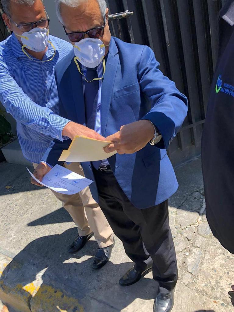ministro salud pública recibe donación alcohol