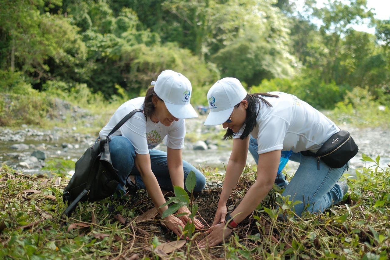 parte del voluntariado de fundación aes dominicana, en la actividad de reforestación (3)