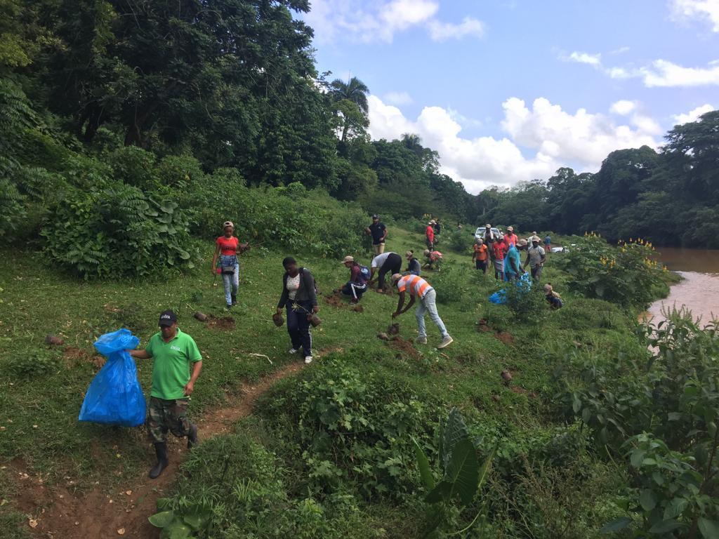 participantes en jornada de reforestacion en la ribera del río ozama
