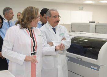 Patrica León muestra las instalaciones de la sede al presidente Danilo Medina, inaugurada en noviembre de 2018.  | Foto de cortesía