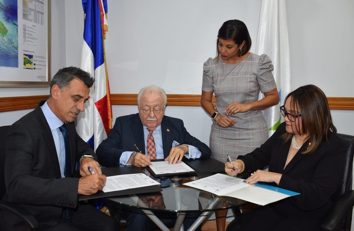 paul marinko, antonio isa conde y elizabeth mena (sentados) y la directora jurídica del mem raysa paulino.