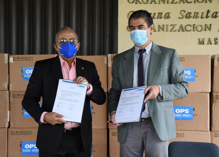 El ministro de Salud Pública, Plutarco Arias, recibe las donaciones de las manos del representante de la OPS en RD, Olivier Ronveaux. | Fuente externa.