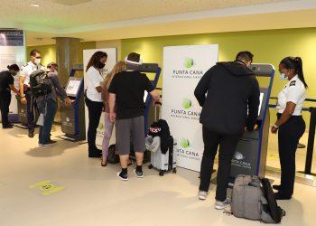 Primeros pasajeros utilizando los quioscos ABC en el Aeropuerto Internacional de Punta Cana