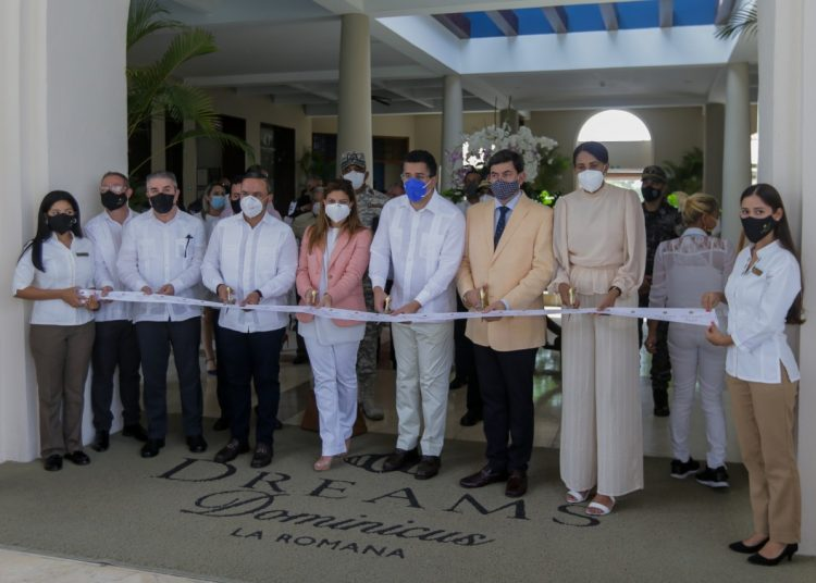 Ministro de Turismo junto a ejecutivos de AMResorts en corte de cinta por reapertura.