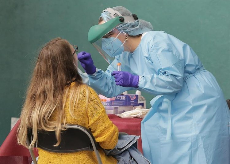Una doctora realiza la prueba de covid-19 a una paciente. | Gorka Estrada, EFE.