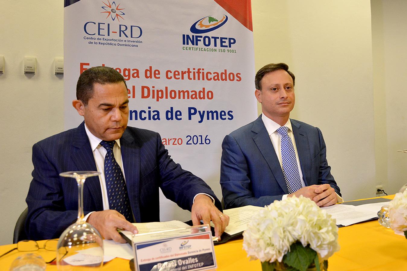 Rafael Ovalles y Jean Alain Rodríguez, durante la culminación del diplomado organizado por el Infotep y el CEI-RD   Gabriel Alcántara