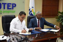 Rafael Ovalles y Rolando Guzmán firmaron el acuerdo.