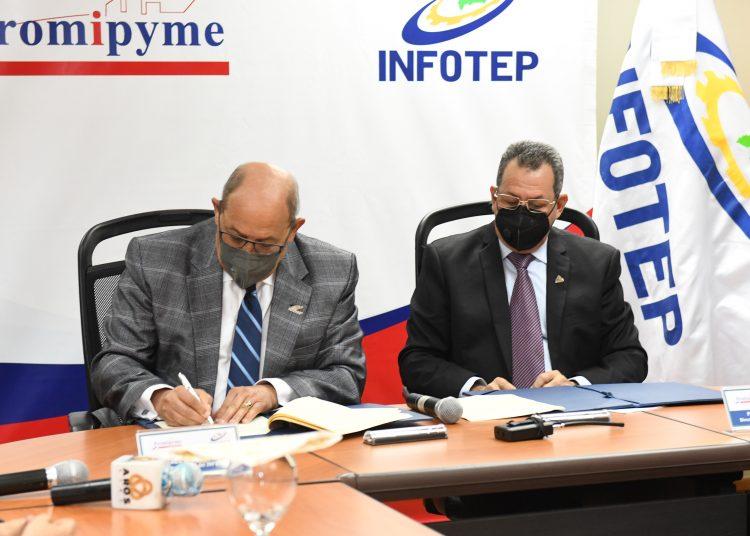 Rafael Santos Badía, director general del Infotep, y Porfirio Peralta, director de Promipyme, al momento de la firma de acuerdo.