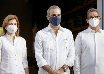 Raquel Peña, vicepresidenta de la República; Luis Abinader, presidente de la República, y Augusto Ramírez, presidente de Casa Brugal.