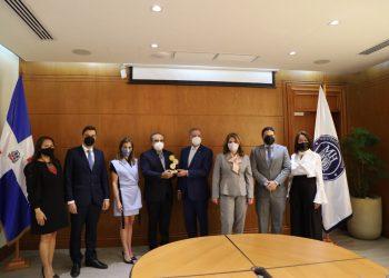 Reconocimiento de AIRD a Donald Guerrero en las oficinas del Ministerio de Hacienda.