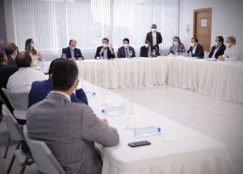 Representantes del MICM y de las empresas de distribución de combustibles.