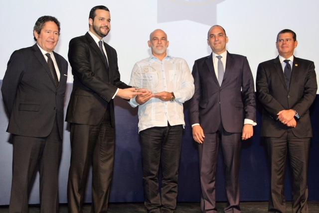 ricardo esteban de halka industrial recibe el premio a la excelencia exportadora