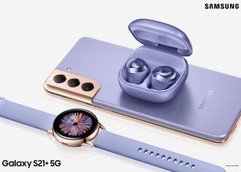 Ejemplar de Samsung Galaxy S21 con sus accesorios. | Fuente externa.