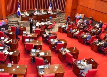 En su artículo 210, la Constitución establece que para organizarse un referéndum, se requerirá de previa aprobación congresual con el voto de las dos terceras partes de los presentes en cada cámara.
