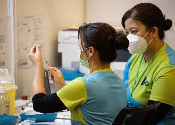 Una médica prepara una dosis de una vacuna contra el covid-19 en el Centro Comunitario de Vacunación establecido en Hong Kong, China. | Jerome Favre, EFE.