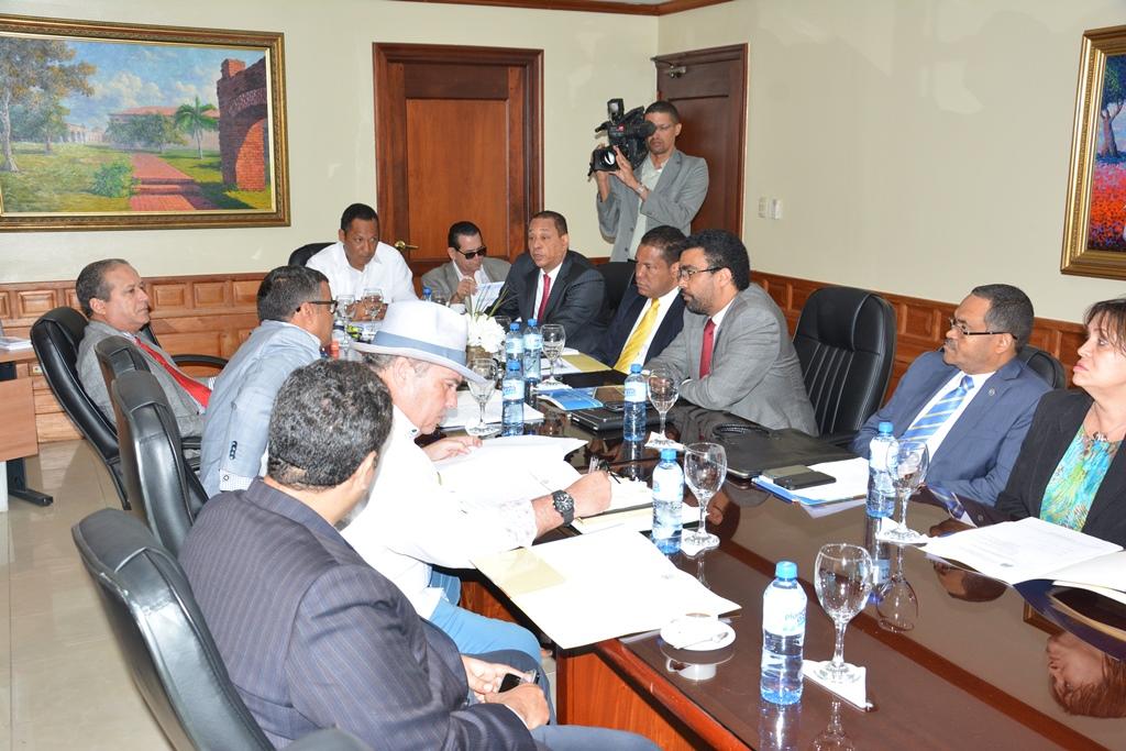 Los directivos de la Superintendencia de Bancos visitaron a los miembros de la Comisión de Hacienda del Senado.