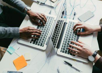Dos personas trabajan con ordenadores. | Xunta vía Europa Press.